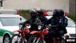 خبرگزاری ايلنا از حضور گسترده موتورسواران نيروی انتظامی از چهارراه گلوبندک تا چهارراه سيروس خبر داد. عکس تزئینی است.