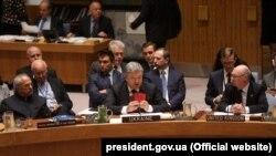 Президент України Петро Порошенко на засіданні Ради безпеки ООН демонструє докази участі російських військових в агресії на Донбасі. Нью-Йорк, 20 вересня 2017 року