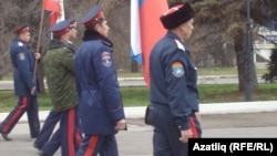 Сембердә Бердәмлек көнендә демонстрация башында казаклар бара. 4 ноябрь 2013. Мөнир Насыйров фотосы