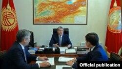 Prezident Atambaev Ungartepa masalasida prezident ma'muriyati tashqi siyosat bo'limi rahbari Sapar Isaqov(o'ngda) va tashqi ishlar vaziri Erlan Abdildaev (chapda) bilan yig'ilish o'tkazdi.