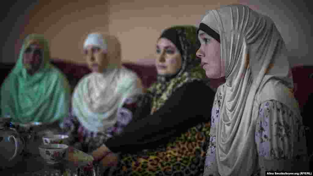 Фатма і дружини інших членів «бахчисарайської четвірки» фігурантів «справи Хізб ут-Тахрір». Всі вони живуть по сусідству