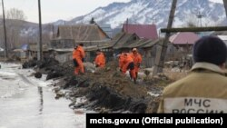 Emergency Situations Ministry personnel erect flood barriers in Altai Krai on March 24.