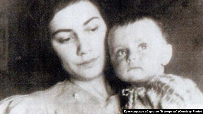 Генриетта Рубинштейн с дочерью Юлией. Москва. 1937 год.