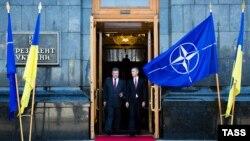 Президент України Петро Порошенко та генеральний секретар НАТО Єнс Столтенберґ