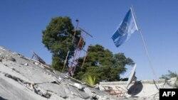 БУУнун Минуста миссиясынын куткаруучулары Порт-о-Принсте урандылардын астынан тирүү адамдарды издешүүдө. 14-январь