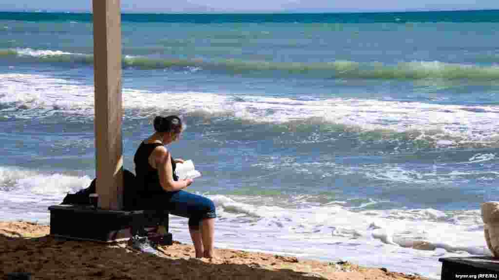 В солнечную погоду с пляжа просматривается даже заснеженый Чатыр-Даг