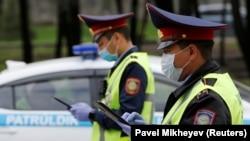 Полицейские на блокпосту в черте Алматы. 14 апреля 2020 года.