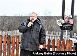 Алексей Бабий в селе Тугач. Церемония установки креста на лагерном кладбище