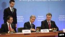 Ілюстративне фото. Справа наліво: президент України Петро Порошенко, тодішній прем'єр-міністр Молдови Юріє Лянке, та, на той час, прем'єр-міністр Грузії Іраклі Гарібашвілі. Брюссель, червень 2014 року