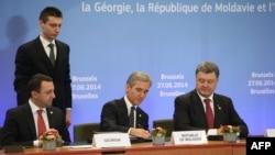 Президент України Петро Порошенко (крайній праворуч) на саміті ЄС в Брюсселі, 27 червня 2014 року. В цей день він підписав економічну частину Угоди про асоціацію з Євросоюзом