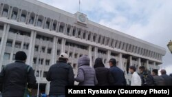 Люди напротив здания Жогорку Кенеша. Бишкек, 6 октября 2020 года.