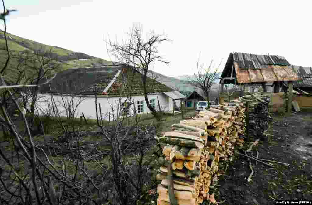 В село не проведен газ, поэтому жители отапливают дома при помощи печей, в них же и готовят еду