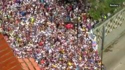 """Revoluție în Venezuela - Oamenii cer sfârșitul """"dictaturii"""""""
