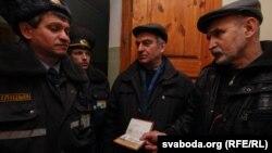 Міліцыя не пускае ў залю суду.