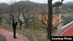 Ռուսաստան - Բնապահպանների հավաստմամբ` կառուցվող այս ամառանոցը Կրասնոդարի նահանգապետ Ալեքսանդր Տկաչեւինն է, փետրվար, 2011թ.