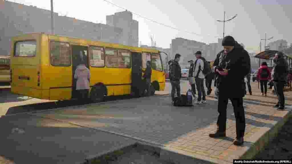 Зранку люди намагалися дістатися потрібного їм місця наземним громадських транспортом. У більшості пасажирів захисних медичних масок не було, скаржилися на їх фізичну відсутність у аптеках міста. На фото – маршрутне таксі поблизу станції метро Героїв Дніпра