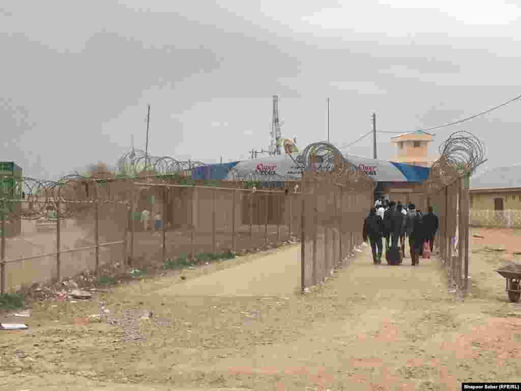 شماری از مهاجرین افغان که از ایران به کشور برگشته اند.