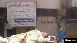 Хомс: демонстранты несут тело убитого соратника