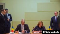 Natalia Gherman și Eugen Orlando Teodorovici la semnarea Acordului de împrumut