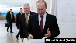 Владимир Путин сайлау учаскесінде дауыс бергелі тұр. Мәскеу, 18 наурыз 2018 жыл