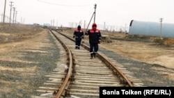 Рабочие компании «КазМунайТениз» на железнодорожных путях близ Боранколя.