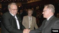 Президента РАН Юрия Осипова (справа) поздравляет с победой его главный конкурент Владимир Фортов