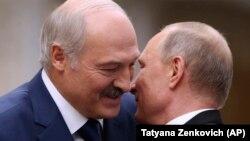 Аляксандар Лукашэнка і Ўладзімір Пуцін — першы называў другога «родным братам», другі казаў, што «быць можа, гэта любоў»
