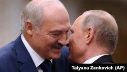 Александр Лукашенко с Владимиром Путиным во время саммита Организации договора о коллективной безопасности (ОДКБ) в Минске 30 ноября 2017 года