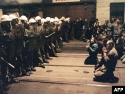 Полиция мен шерушілер. Прага, 19 қараша 1989 жыл.