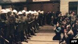 Оксамитова революція 1989 року. Студенти демонструють ненасильницький характер свої акції перед бійцями спеціального призначення