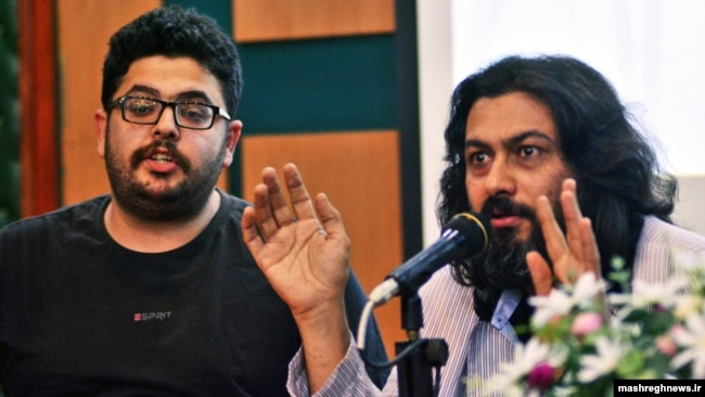حسین لامعی (چپ) در کنار عبدالجواد موسوی در نمایش مستند «قدیس» در سال ۹۵