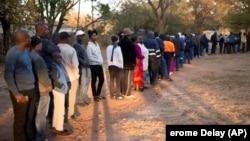 Сайлау учаскесі алдында президент және парламент сайлауына дауыс беруге кезекте тұрған тұрғындар. Зимбабве, Квекве қаласы, 30 шілде 2018 жыл.