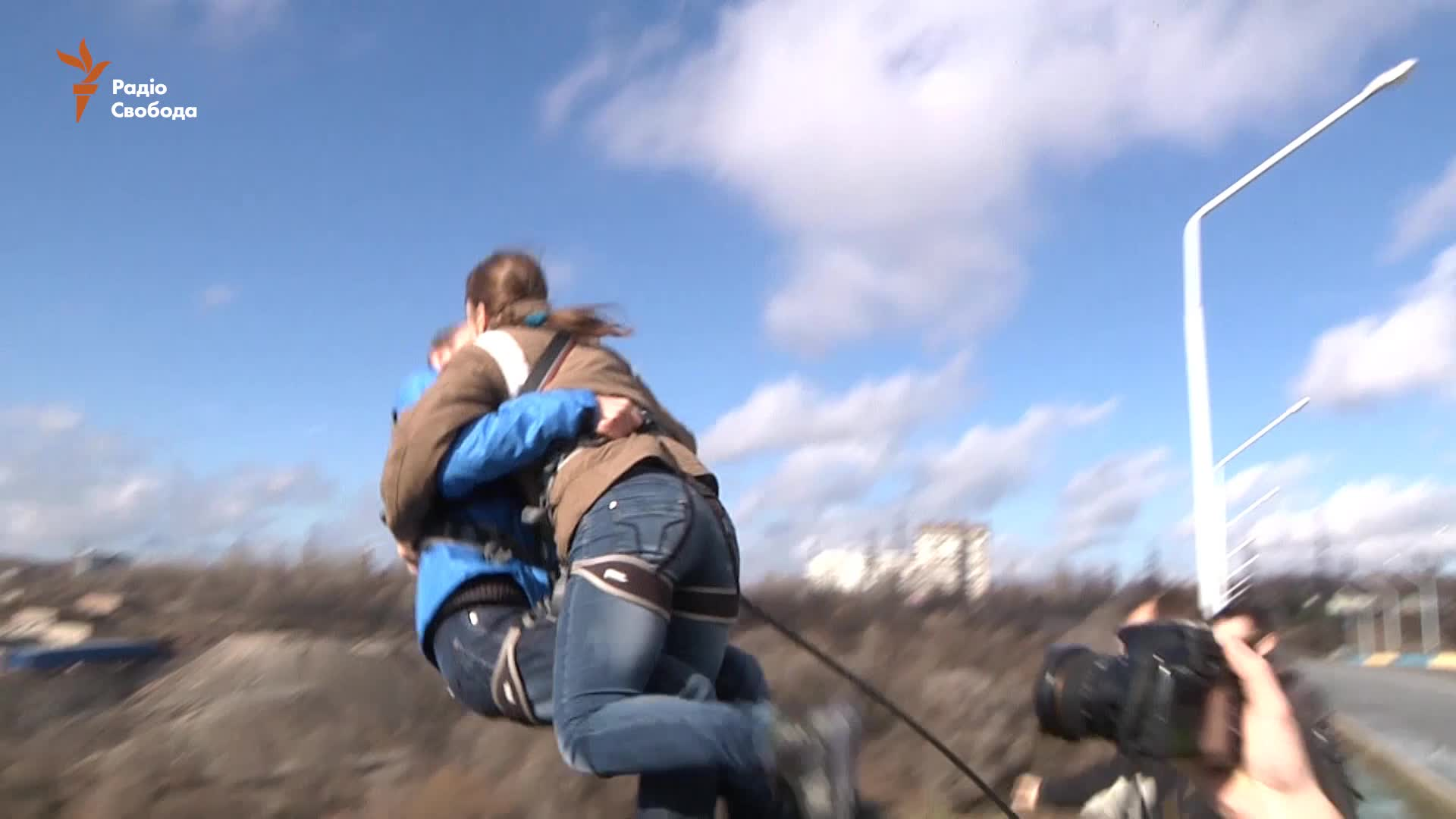 У Запоріжжі закохані пари-екстремали стрибали з мосту (відео)