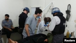 Инспектор ООН в больнице, где находятся пострадавшие от химической атаки 21 августа в пригороде Дамаска Модамии