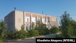 Акимат села Шакаман, на стене которого сохранилась «КазССР». Восточно-Казахстанская область, 25 июля 2021 года
