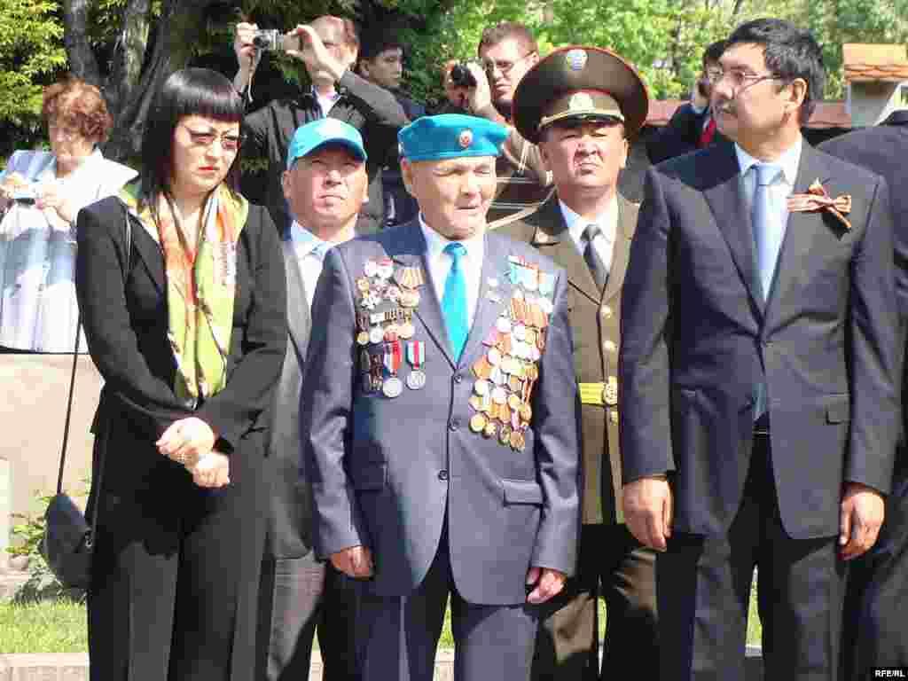 Делегация Казахстана на возложении венков к памятнику советским воинам на кладбище Ольшанка. В центре - ветеран войны Каматай Токабаев. Прага, 9 мая 2010 года.