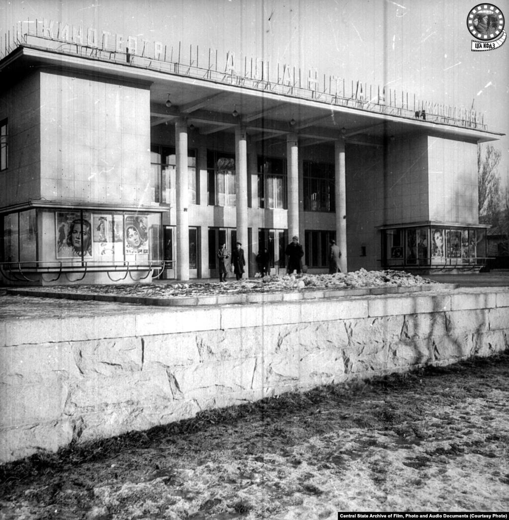 Кинотеатр «Алатау» в 1960 году (слева). Кинотеатр на 780 мест появился в 1960 году, его соорудили по типовому проекту. В нем проводились показы фильмов, встречи с видными деятелями кино и театра. За один только 1980 год его посетили 890 900 зрителей. После развала СССР сменилось несколько собственников здания. В октябре 2015 года кинотеатр был полностью снесён, на его месте, вопреки протестам активной части горожан, был построен ресторан McDonald's (справа). Владелец казахстанского McDonald's — бизнесмен Кайрат Боранбаев, сват Дариги Назарбаевой, старшей дочери бывшего президента Казахстана Нурсултана Назарбаева, который, несмотря на отставку в 2019 году, сохранил широкие полномочия.