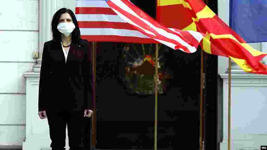 СЕВЕРНА МАКЕДОНИЈА / САД - Медицинските сестри оваа година се во фокусот на одбележувањето на 19 годишнината од трагичните настани на 11 септември во САД, во кои животот го загубија над три илјади лица, трагичен настан познат и како 9/11. Со тоа, како што, истакна денеска американската амбасадорка во земјава, Кејт Мари Брнс им се оддава почит на медицинските сестри, кои во 2020 година храбро се справуваат со пандемијата од Ковид-19. Во САД денеска беа одбележани 19 години од терористичкиот напад на Ал Каеда, традиционално на платото каде што беа разурнатите Кули Близначки во Њујорк.
