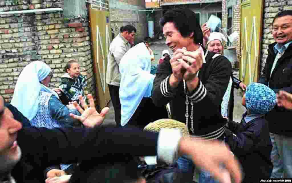 Малочисленная группа казахов переселилась из Мангышлака в Иран в начале 20 века, после засухи и революций на территории бывшего СССР. Они поселились в провинции Гулистан Ирана, и теперь в своем пятом поколении, являются частью населения Ирана. Численность диаспоры составляет 3000 человек.