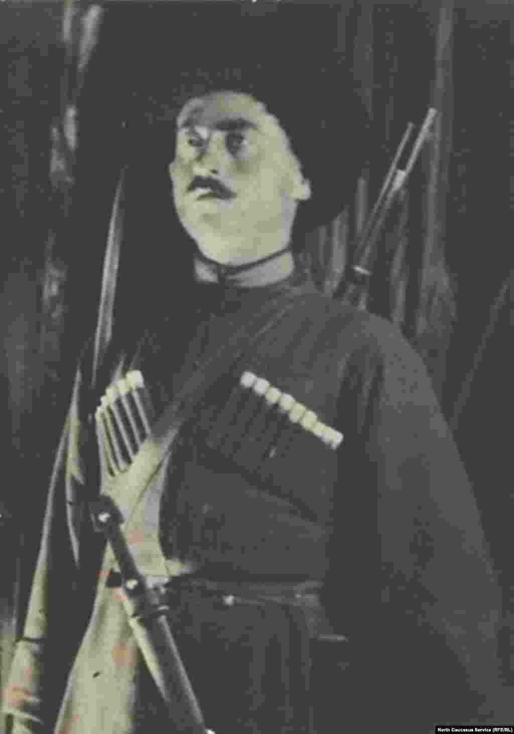 На фотографии полностью экипированный казак. Отметим, таким же образом одевались и горцы, идя на войну.