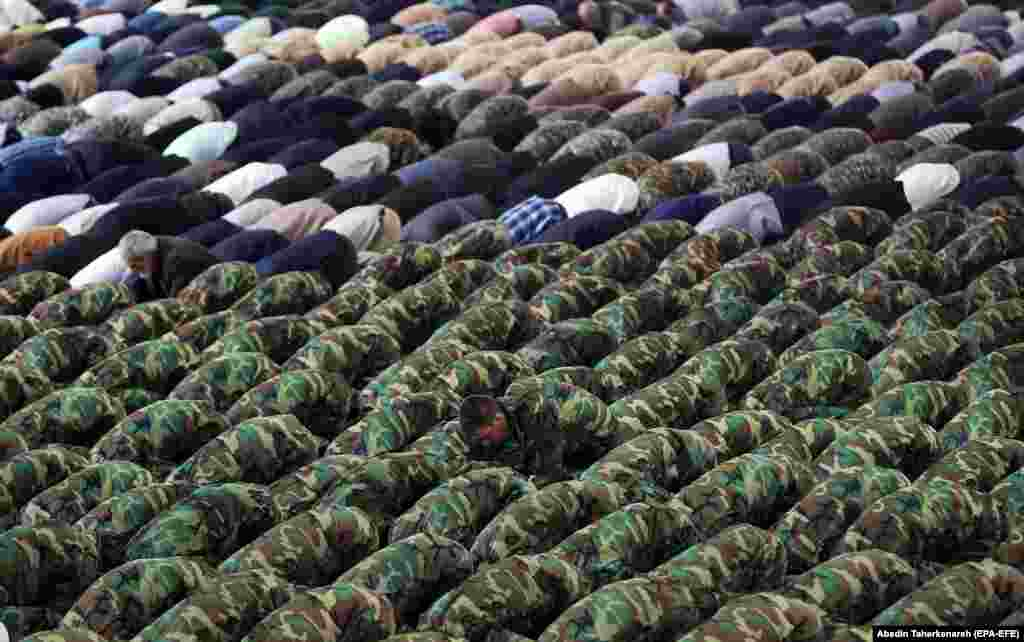 Members of Iran's army and Islamic Revolutionary Guards Corps pray during a weekly Friday Prayers ceremony in Tehran on April 12. (epa-EFE/Abedin Taherkenareh)