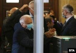 Медичний контроль на вході в будівлю Кабінету міністрів, Софія, 10 березня 2020 року