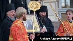 Алматыдағы орыс православие шіркеуі алдында тұрған дін қызметкерлері. 19 мамыр 2017 жыл.