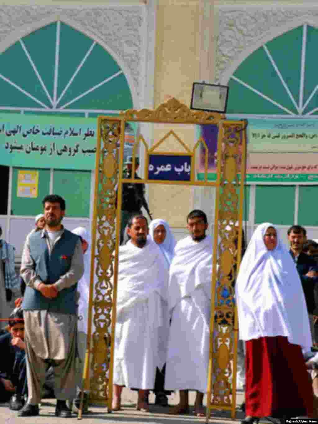 La Kabul, instructori sponsorizați de guvern îi ajută pe pelerini pentru ritualul complex, cum ar mișcarea corectă și ordinea rugăciunilor în anumite moschee.