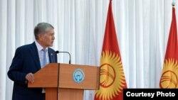 )ыр5ызстан президенті Алмазбек Атамбаев.