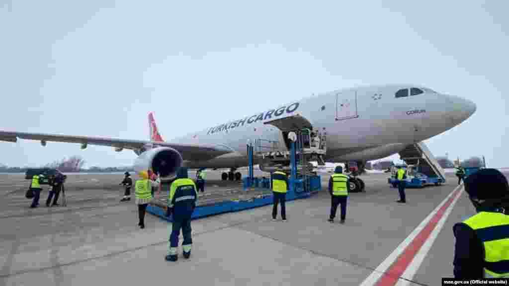 23 лютого до Україниприбула перша партіявакцини від COVID-19 вантажним літаком з Індії