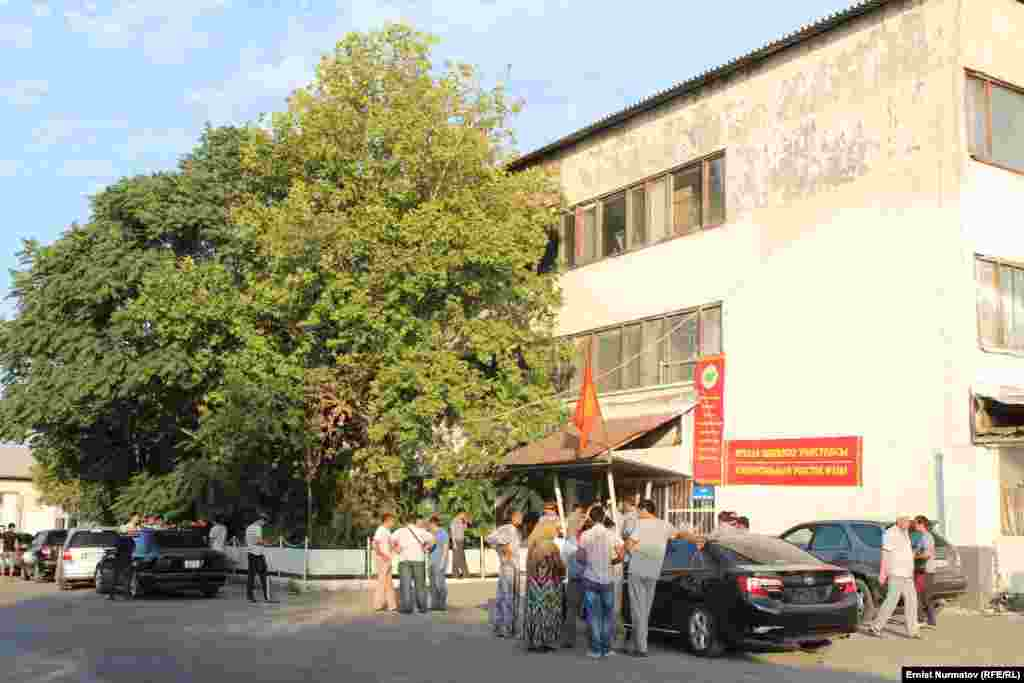 В городе Кара-Суу проживает около 9 тысяч избирателей. На месте организовано 6 избирательных участков