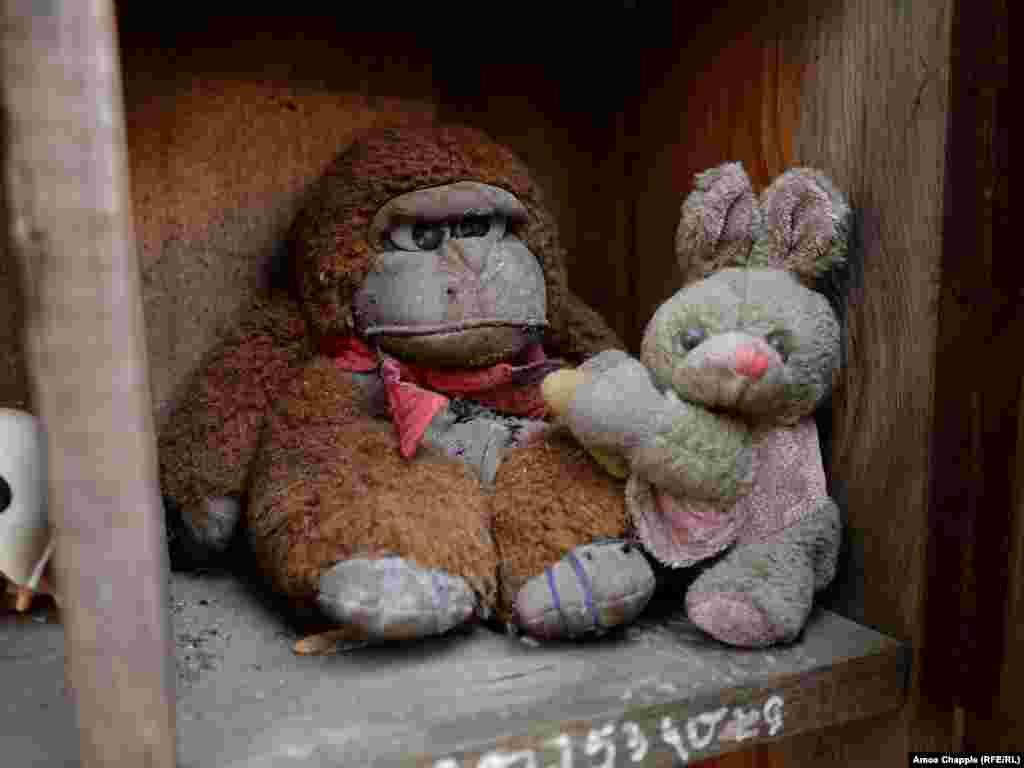 """Кстати, этот жилец дома был отнюдь не в восторге от приюта, а игрушки он называет """"мусором"""". Представиться корреспонденту Радио Свобода он не захотел."""