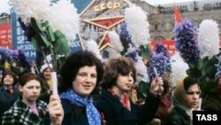 СССР учурундагы Эмгекчилер майрамындагы параддан. Москва, 1-май, 1975-жыл.