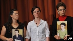 Солдан оңға: Шейн Бауэрдің анасы Синди Хикки, Сара Шауд және Джош Фэтталдың анасы Лора Фаттал баспасөз мәслихатында. Нью-Йорк, 19 қыркүйек 2010 жыл.